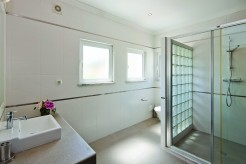 Ensuite bathroom twin room 3